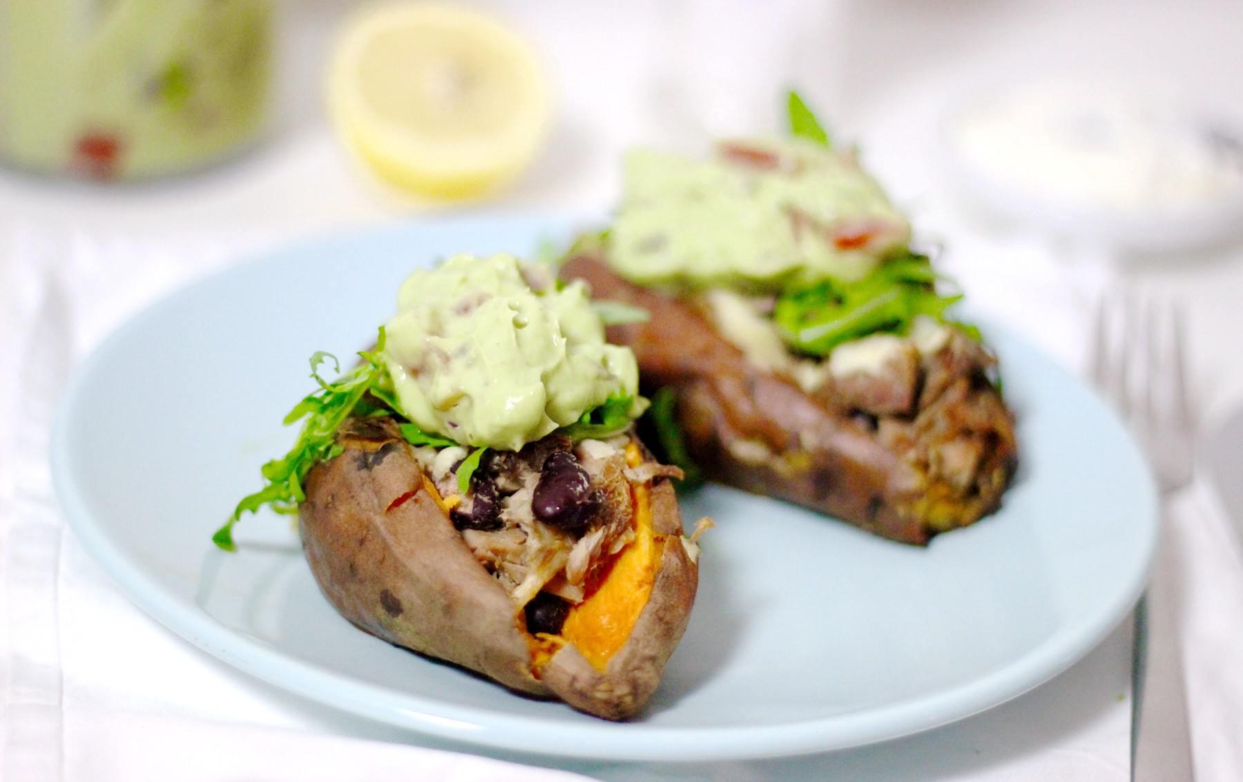 gepofte-zoete-aardappel-met-tonijn